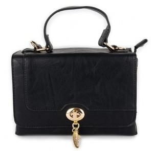 Borsa bauletto nera con borchiette e tracolla
