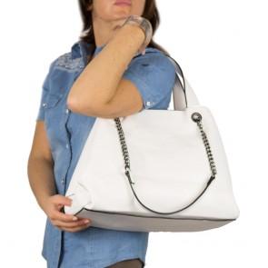Borsa shopper con manici in catena ed ecopelle bianco outfit